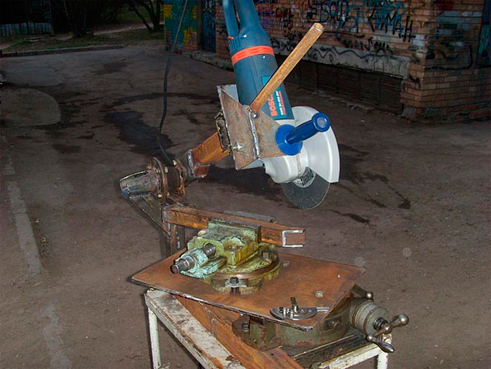 Изготавливают-поворотный-рычаг-из-куска-квадратной-трубы