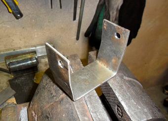 П-образный-кронштейн-для-фиксации-электроинструмента