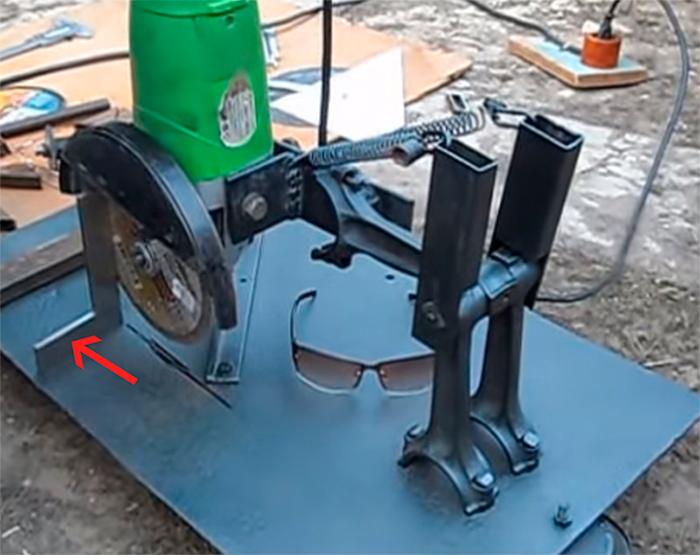 С-помощью-слесарного-уголка-выставляем-поворотный-рычаг-точно-под-прямым-углом